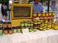 Mercato in Piazza della Repubblica - dal produttore al consumatore - la bancarella del miele, con alveare, e conserve a base di propoli, pistacchio, nocciole e mandorle - 18 maggio 2008  - Alcamo (2511 clic)