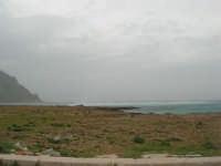 Macari - Golfo del Cofano - il forte vento di scirocco spazza il mare e solleva mulinelli d'acqua che partono dalla riva e si allontanano velocemente verso il largo - 29 marzo 2009  - San vito lo capo (1725 clic)