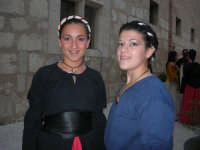 Festeggiamenti Maria SS. dei Miracoli - All'interno del Castello, aspettando che abbia inizio Il Corteo dei Conti di Modica - 20 giugno 2008  - Alcamo (673 clic)