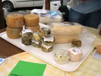 Mercato in Piazza della Repubblica - dal produttore al consumatore - la bancarella dei formaggi - 18 maggio 2008  - Alcamo (1115 clic)