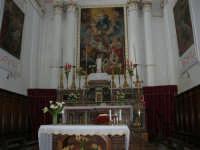 interno Chiesa S. Maria Assunta: nel presbiterio la tela centrale riproduce l'Assunzione di Maria, sostenuta da due angeli, la tela a sinistra mostra Maria morente circondata dagli apostoli, quella a destra la sepoltura della Vergine - 23 aprile 2006   - Chiusa sclafani (1350 clic)