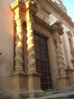 Chiesa dell'ex Collegio dei Gesuiti con facciata barocca arricchita da colonne tattili in tufo - 11 ottobre 2007   - Salemi (2208 clic)