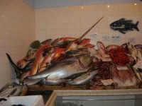 Pescheria Randazzo in via Guglielmo Marconi: il banco del pesce - 18 agosto 2007   - Castellammare del golfo (2130 clic)