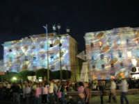 Ci si avvia ad uscire dall'America's Cup Park - Gioco di luci sui palazzi del lungomare - 2 ottobre 2005  - Trapani (2501 clic)