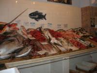 Pescheria Randazzo in via Guglielmo Marconi: il banco del pesce - 18 agosto 2007   - Castellammare del golfo (1684 clic)
