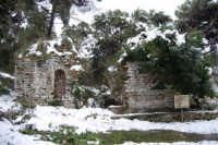 neve sul monte Bonifato - Riserva Naturale Orientata Bosco d'Alcamo - La Funtanazza, grande serbatoio pubblico di età medievale - 15 febbraio 2009   - Alcamo (5880 clic)