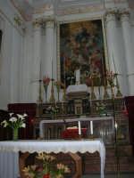 interno Chiesa S. Maria Assunta: nel presbiterio la tela centrale riproduce l'Assunzione di Maria, sostenuta da due angeli - 23 aprile 2006  - Chiusa sclafani (1394 clic)