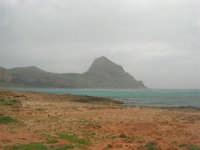 Macari - Golfo del Cofano - il forte vento di scirocco spazza il mare e solleva mulinelli d'acqua che partono dalla riva e si allontanano velocemente verso il largo - 29 marzo 2009  - San vito lo capo (1707 clic)