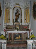 interno Chiesa S. Maria Assunta: la statua lignea di S. Giuseppe con in braccio Gesù Bambino, sistemata laterlmente al presbiterio principale, è attribuita alla scuola del Bagnasco - 23 aprile 2006   - Chiusa sclafani (4029 clic)