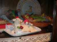 agnello pasquale e frutta marturana in vetrina - 1 maggio 2008   - Erice (2775 clic)