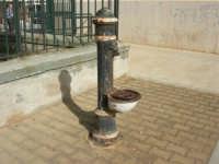 Stazione di Castellammare del Golfo: ciò che resta della fontanella - 2 novembre 2008  - Alcamo marina (857 clic)