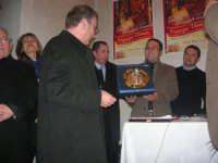 1ª Edizione Concorso Fotografico PRESEPE VIVENTE BALATA DI BAIDA - esposizione e premiazione presso il Centro Polivalente a cura dell'Associazione Culturale BALATA CLUB - Marzio Bresciani, Sindaco di Castellammare del Golfo, riceve una targa ricordo - 1 marzo 2009  - Balata di baida (4430 clic)