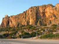 Macari - Dietro l'Isulidda - sul promontorio la torre di avvistamento - 21 settembre 2008   - San vito lo capo (573 clic)