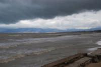 spiaggia Plaja - il mare, a seguito delle abbondanti piogge, ha cambiato colore - monti di Palermo innevati - 14 febbraio 2009  - Castellammare del golfo (1912 clic)