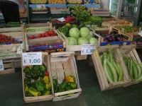 al mercato di frutta e verdura - 2 ottobre 2007  - Alcamo (2130 clic)