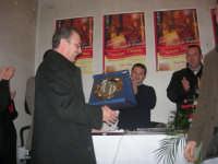 1ª Edizione Concorso Fotografico PRESEPE VIVENTE BALATA DI BAIDA - esposizione e premiazione presso il Centro Polivalente a cura dell'Associazione Culturale BALATA CLUB - Marzio Bresciani, Sindaco di Castellammare del Golfo, riceve una targa ricordo - 1 marzo 2009  - Balata di baida (4998 clic)