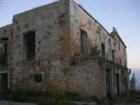 ruderi del paese distrutto dal terremoto del gennaio 1968 - 2 ottobre 2007  - Poggioreale (2086 clic)