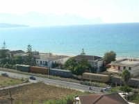 zona Plaja - panorama: il treno ed il mare - 6 agosto 2008  - Alcamo marina (816 clic)