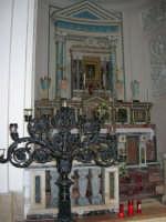interno Chiesa Madre, dedicata a S. Nicolò di Bari: la cappella che accoglie il quadro della Madonna delle Lacrime, un dipinto su vetro raffigurante la Sacra Famiglia dal quale, nel 1835, si assistette a cinque lacrimazioni della Madre Celeste - 23 aprile 2006   - Chiusa sclafani (1637 clic)