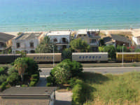 zona Plaja - panorama: il treno ed il mare - 6 agosto 2008  - Alcamo marina (690 clic)