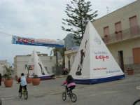 in piazza: mostra mercato dei prodotti tipici dei paesi di San Vito - 25 aprile 2006   - San vito lo capo (1025 clic)