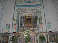 interno Chiesa Madre, dedicata a S. Nicolò di Bari: la cappella che accoglie il quadro della Madonna delle Lacrime, un dipinto su vetro raffigurante la Sacra Famiglia dal quale, nel 1835, si assistette a cinque lacrimazioni della Madre Celeste - 23 aprile 2006   - Chiusa sclafani (1983 clic)