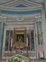 interno Chiesa Madre, dedicata a S. Nicolò di Bari: la cappella che accoglie il quadro della Madonna delle Lacrime, un dipinto su vetro raffigurante la Sacra Famiglia dal quale, nel 1835, si assistette a cinque lacrimazioni della Madre Celeste - 23 aprile 2006   - Chiusa sclafani (1828 clic)