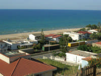 zona Plaja - panorama: il treno ed il mare - 6 agosto 2008  - Alcamo marina (798 clic)