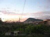 le nuvole si tingono di rosa all'alba - il monte Bonifato e la periferia di Alcamo - 5 febbraio 2009  - Alcamo (2917 clic)