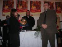 1ª Edizione Concorso Fotografico PRESEPE VIVENTE BALATA DI BAIDA - esposizione e premiazione presso il Centro Polivalente a cura dell'Associazione Culturale BALATA CLUB - La sig.ra Daniela Di Benedetto, Assessore alla Cultura e allo Spettacolo, riceve una targa ricordo - 1 marzo 2009  - Balata di baida (4779 clic)