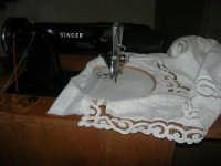 Cene di San Giuseppe - mostra di manufatti - ricami- macchina da cucire d'altri tempi - 15 marzo 2009   - Salemi (2720 clic)