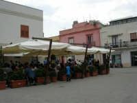 in piazza: bar affollato di turisti - 25 aprile 2006   - San vito lo capo (1381 clic)