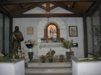 cappella dedicata alla Madonna di Gibilmanna - sulla sinistra una statua di Padre Pio - 5 ottobre 2008   - Marinella di selinunte (2025 clic)