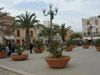 la piazza dinanzi alla Chiesa - 25 aprile 2006   - San vito lo capo (1439 clic)