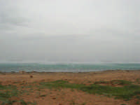 Macari - Golfo del Cofano - il forte vento di scirocco spazza il mare e solleva mulinelli d'acqua che partono dalla riva e si allontanano velocemente verso il largo - 29 marzo 2009  - San vito lo capo (1792 clic)