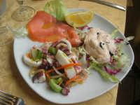 antipasto di mare: insalata di mare, cocktail di gamberi e salmone - 3 marzo 2009  - Castellammare del golfo (9235 clic)