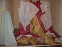 I edizione Per le antiche scale - All'interno dell'ex Chiesa di Maria SS. degli Agonizzanti - sec. XVII - (aula consiliare), mostra artigianale del ricamo - 16 settembre 2007  - Castellammare del golfo (634 clic)