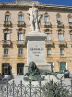 il monumento a Garibaldi nell'omonima piazza - 6 settembre 2007  - Trapani (914 clic)