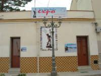 piazza: manifesti della mostra mercato dei prodotti tipici dei paesi di San Vito  - 25 aprile 2006   - San vito lo capo (1061 clic)