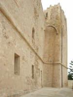 mura posteriori e torre del Santuario - chiesa fortezza - dedicato a San Vito Martire  - 25 aprile 2006   - San vito lo capo (1114 clic)