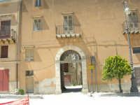 il Castello di Matteo Sclafani (XIV sec.) nella piazza omonima  - 23 aprile 2006   - Chiusa sclafani (1553 clic)