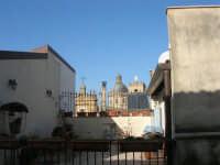 centro storico: parte superiore della facciata della Basilica di Santa Maria Assunta, la cupola e la statua della Madonna sul campanile  - 25 dicembre 2007  - Alcamo (775 clic)