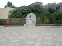 CROCEVIE - frazione di Valderice - Piazza Don Bruno Puricelli ed il monumento a lui dedicato - 1 febbraio 2009   - Valderice (4710 clic)