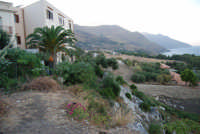 dalla periferia del piccolo borgo alla Riserva dello Zingaro - 19 settembre 2007  - Scopello (899 clic)