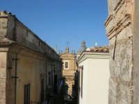 centro storico: via XI Febbraio, parte della facciata della Basilica di Santa Maria Assunta, la cupola e la statua della Madonna sul campanile  - 25 dicembre 2007  - Alcamo (726 clic)