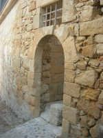 antiche mura e porta con arco - 11 ottobre 2007   - Salemi (2607 clic)