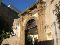 l'ingresso di un antico palazzo - 7 dicembre 2009  - Sciacca (2636 clic)