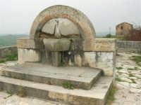 fontana su una strada di campagna - 17 aprile 2006  - San giuseppe jato (3380 clic)