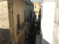 centro storico: via XI Febbraio e parte della facciata della Basilica di Santa Maria Assunta - 25 dicembre 2007  - Alcamo (742 clic)