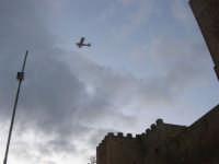 un piccolo aereo sorvola il Castello arabo normanno - 6 gennaio 2009    - Salemi (2480 clic)